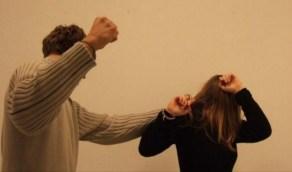 شاب يشرع في قتل خطيبته ويشوه وجهها بسبب الغيرة القاتلة (صورة)