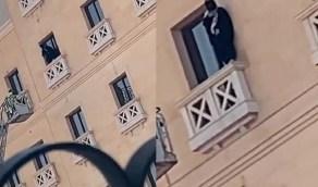 بالفيديو.. محاولة انتحار فاشلة لفتاة من شرفة أحد فنادق الدمام