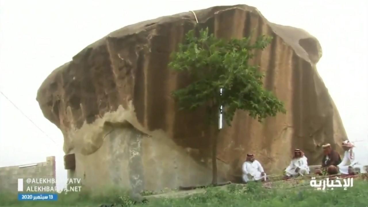بالفيديو.. مواطن يحول صخرة إلى مجلس في جازان