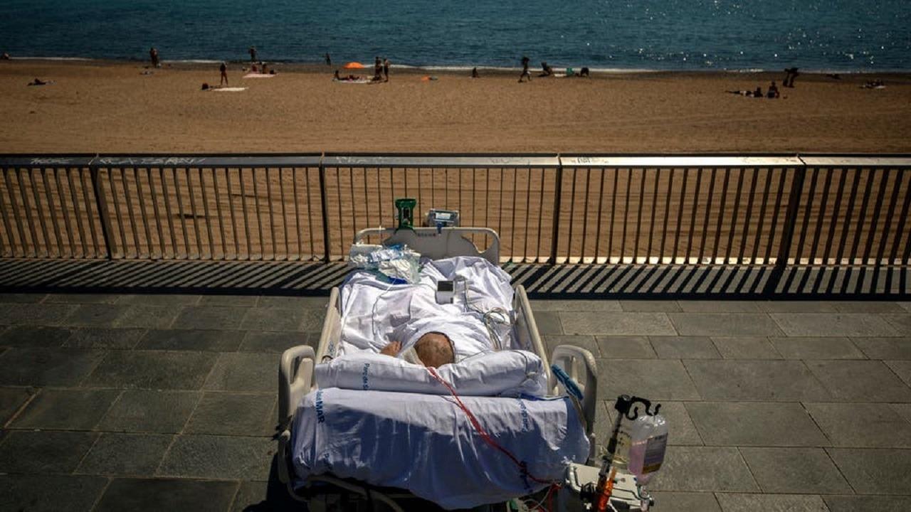 بالصور.. أغرب علاج لكورونا بالجلوس على شاطئ البحر !