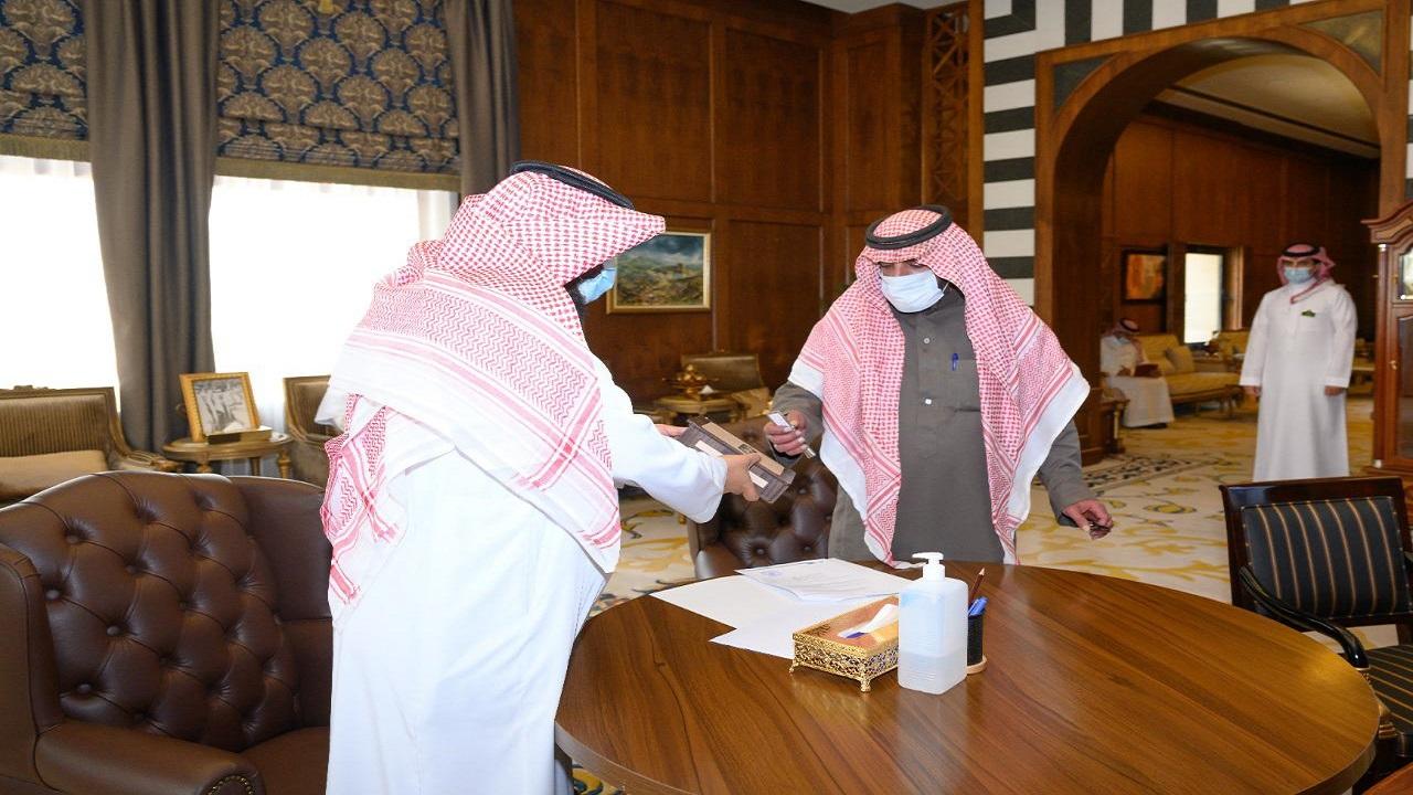 الأمير تركي بن طلال يشهد تسليم وحدة سكنية لإحدى الأسر المتعففة في عسير