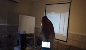 شاهد..معلم يحول مجلس الضيوف إلى فصل افتراضي