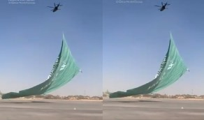 شاهد..لحظة رفع علم المملكة الأكبر من طائرة H125