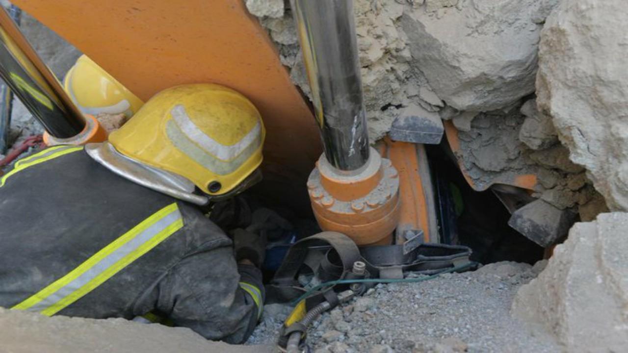 """""""مدني حائل"""" ينقذمقيمًا انهارت عليه صخور في قناة لتصريف السيول"""