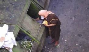 بالفيديو.. نساء أتراك يبحثن في صندوق قمامة عن بواقي الطعام
