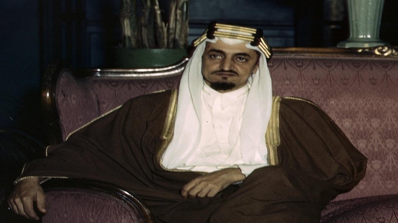 شاهد..  صورة نادرة للملك فيصل وهو يتفقد فصول تدريبية في أرامكو