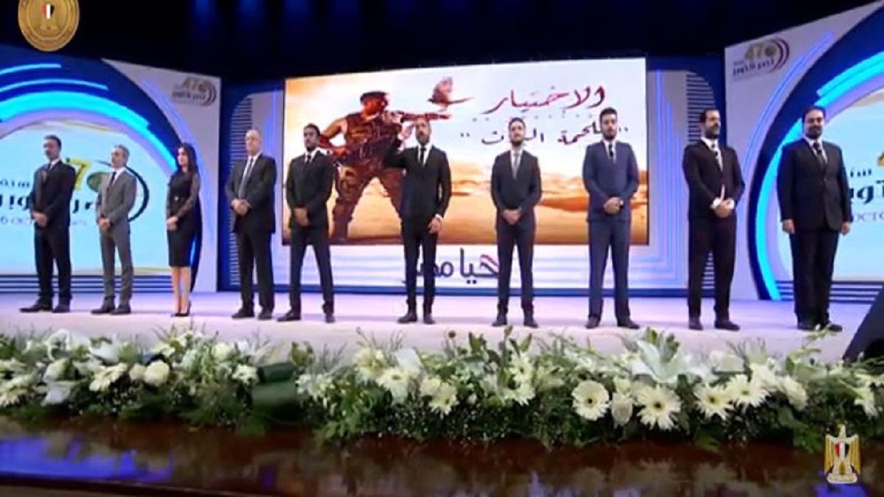 أمير كرارة يستقبل الرئيس السيسي بالتحية العسكرية
