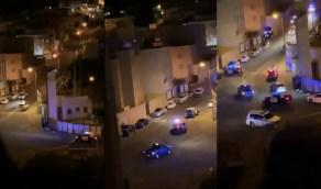 فيديو يوثق لحظات مطارة الشرطة للمطلوب الأمني الذي ألقي القبض عليه أمس في أبها