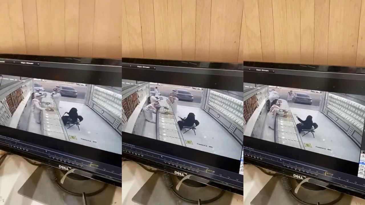 بالفيديو.. لص يسرق مشغولات ذهبية ويهرب في لمح البصر بإحدى مناطق المملكة
