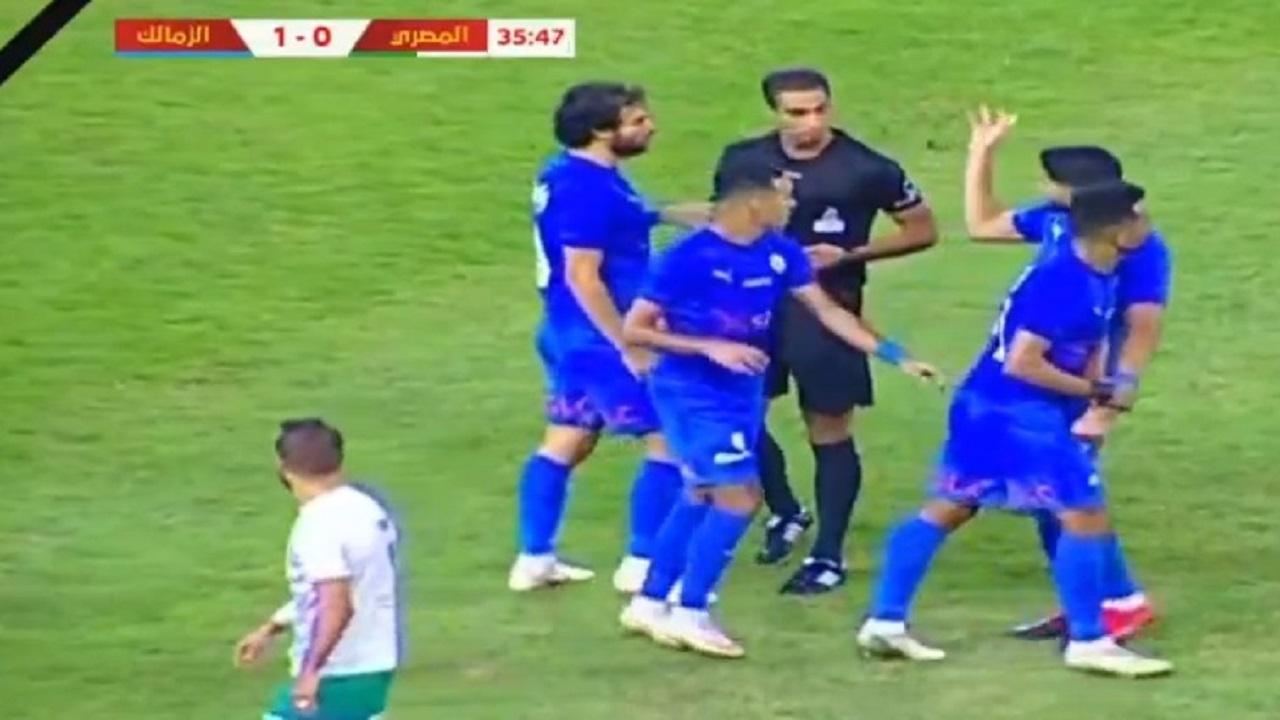 شاهد.. فرجاني ساسي يضرب حكم مباراة الزمالك والمصري