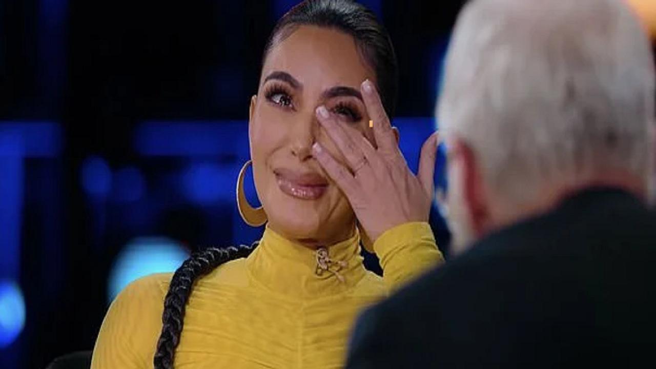 كيم كارداشيان تبكي خلال لقاء تلفزيوني