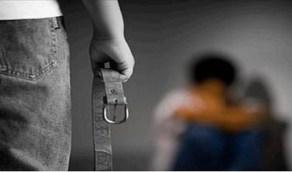 أب يعتدي بوحشية على أطفاله ليعلمهم مواجهة الحياة