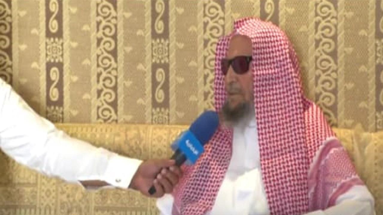 """بالفيديو.. """"العم رشيد"""" يطالب الشباب بعدم استخدام الجوالات أثناء مجالس الكبار ويوجه نصائح لهم"""