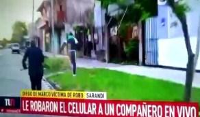 بالفيديو.. رد فعل مثير من مذيع خطف لص جواله على الهواء