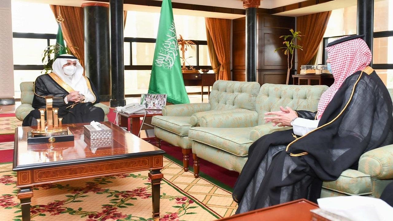 أمير تبوك يستقبل مدير عام صندوق تنمية الموارد البشرية في مكتبه بالإمارة