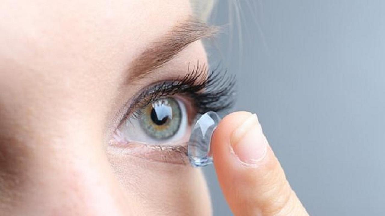 فتاة تفقد البصر بسبب العدسات اللاصقة