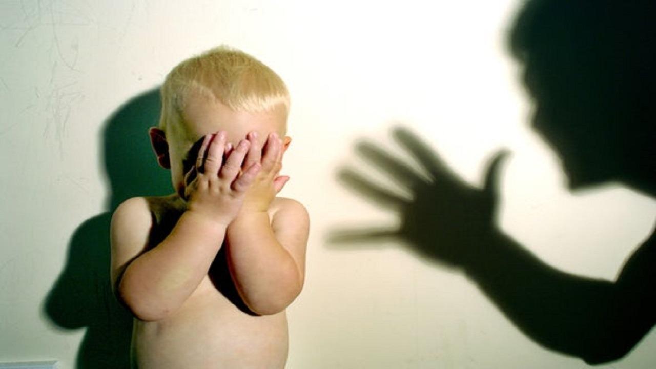 """شاب يحطم رأس رضيع بطريقة مروعة بسبب """" لعبة """""""