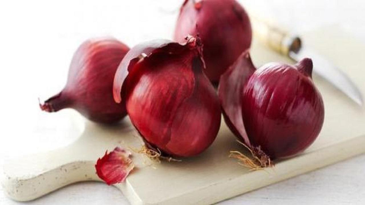 فوائد متعددة يحصل عليها الجسم من تناول البصل الأحمر