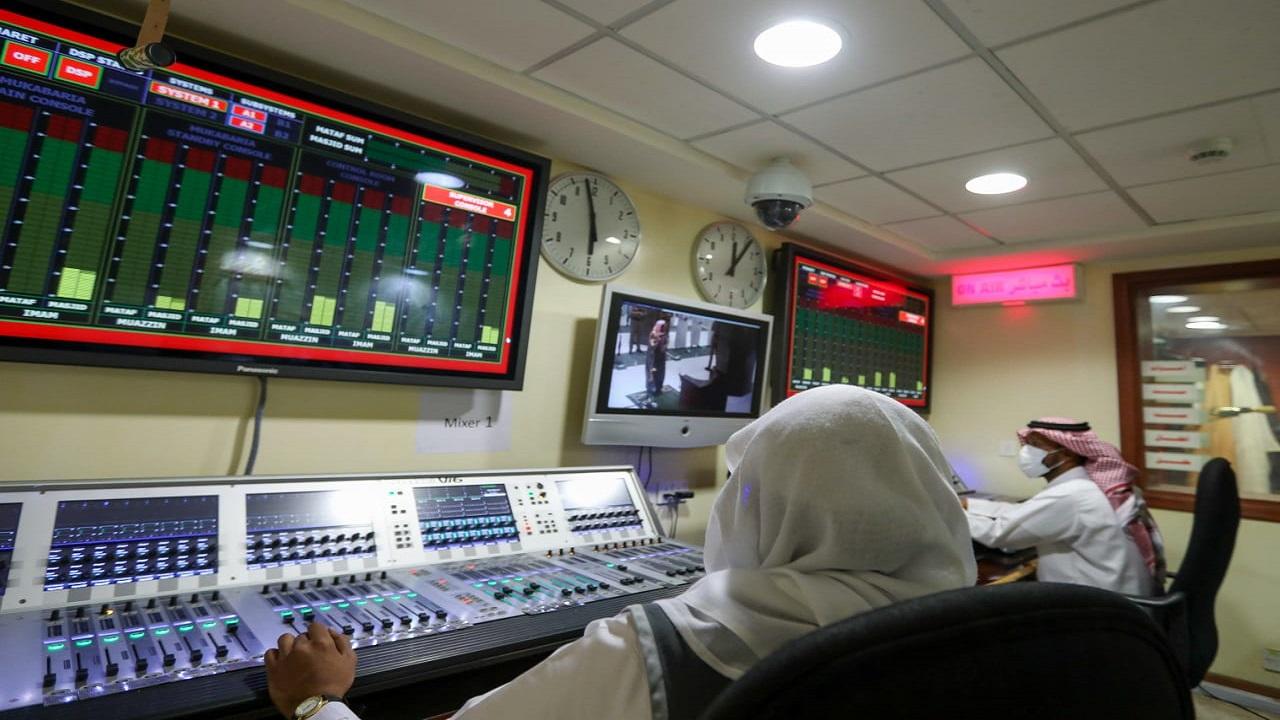 ضبط النظام الصوتي بالحرم ونقل صوتي المؤذن والإمام بواسطة 120 مهندسًا