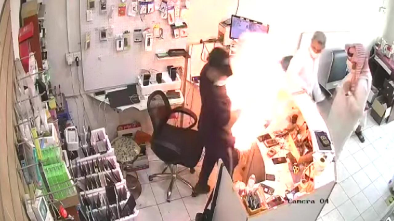 بالفيديو .. انفجار بطارية هاتف في وجه صاحب محل في تبوك