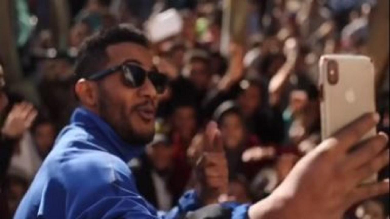 """بالفيديو.. أحمد الفيشاوي يسخر من تشبيه محمد رمضان بـ """"مايكل جاكسون"""""""