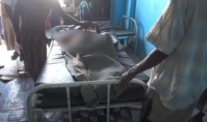 بالفيديو.. رصاصة حوثية تخترق عنق مسن وهو نائم داخل منزله