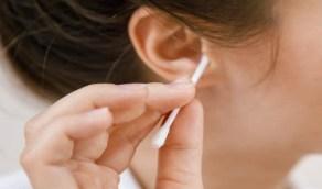 أضرار تحدث عند تنظيف الأذن بعيدان مسحات القطن