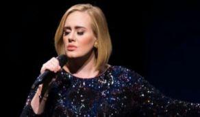 بالفيديو .. أديل تغني لايف لأول مرة بعد خسارة 45 كيلو من وزنها