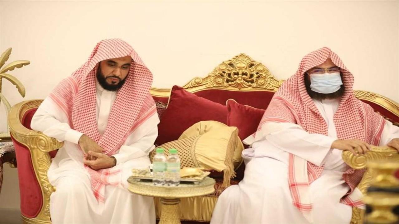 بالصور.. «السديس» يطمئن على صحة الشيخ بندر بليلة بزيارة له