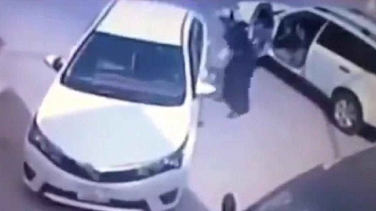 شاهد.. مواطن يضبط لصًا متلبسًا بسرقة سيارته في وضح النهار