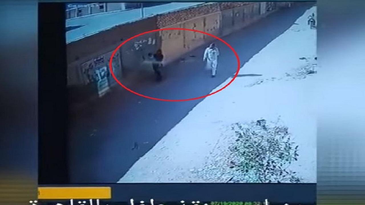 شاهد.. شاب ينقذ رضيع قبل اختطافه من حضن والدته