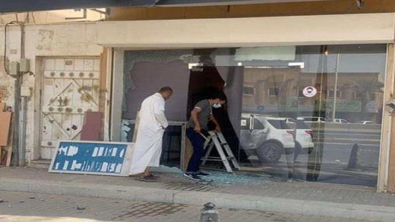 سيارة تقتحم أحد المقاهي في الرياض(صور)