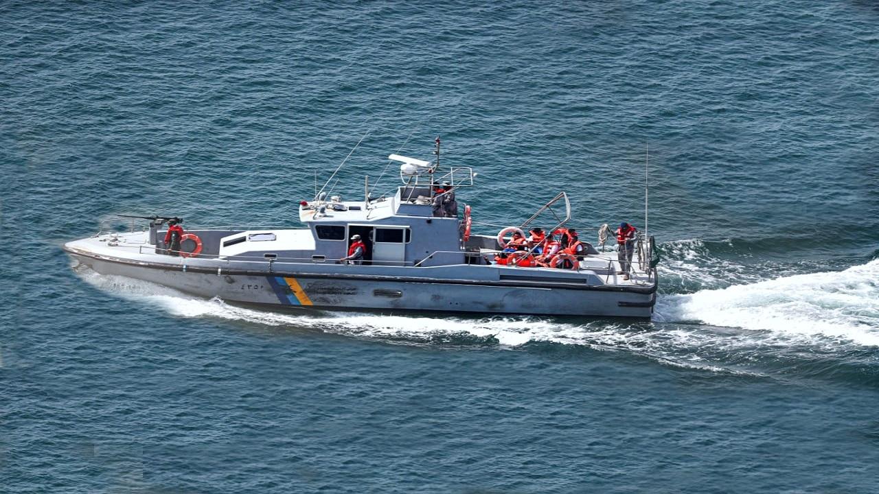 حرس الحدود يخلي 4 مواطنين احترق قاربهم في عرض البحر