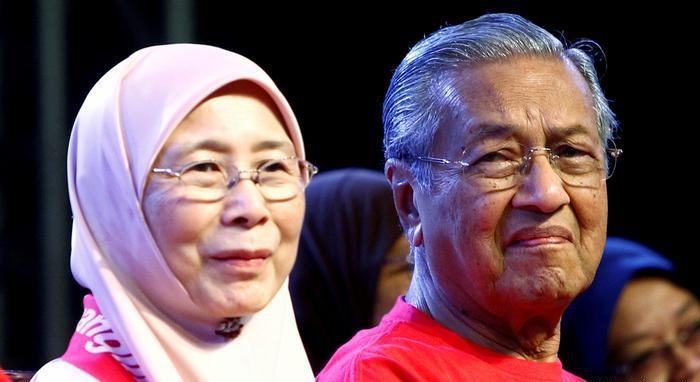 شاهد.. رئيس الوزراء الماليزي أثناء تلاوة القرآن الكريم مع حرمه