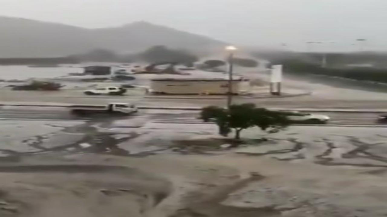 شاهد.. لحظة هطول أمطار غزيرة مصحوبة برياح هابطة في الطائف