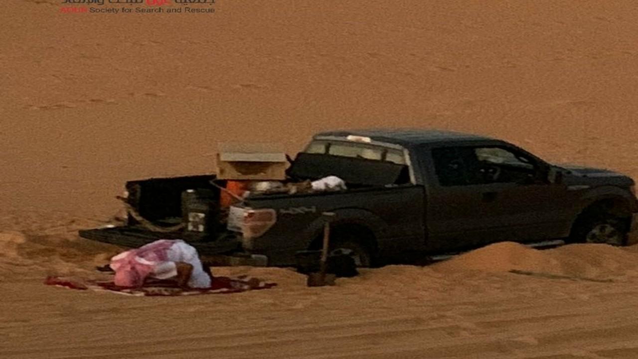 العثور على مفقود سامودةبجانب سيارته العالقة في الرمال