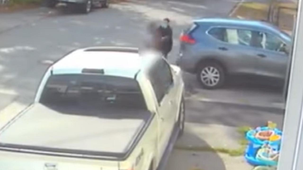 بالفيديو .. رجل يخطف طفلة بعمر 9 سنوات لاغتصابها