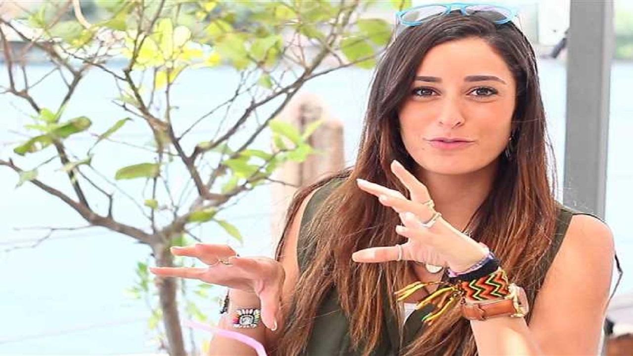 بالفيديو.. أمينة خليل تفاجئ مذيع: أنا جالي كورونا