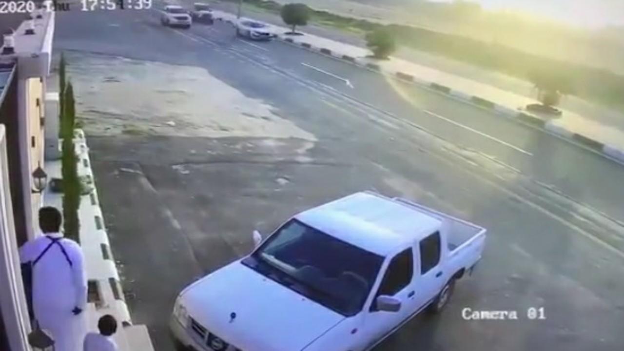 شاهد.. سيارة مسرعة تصطدم بأخرى في أحد رفيدة وقائدها يلوذ بالفرار