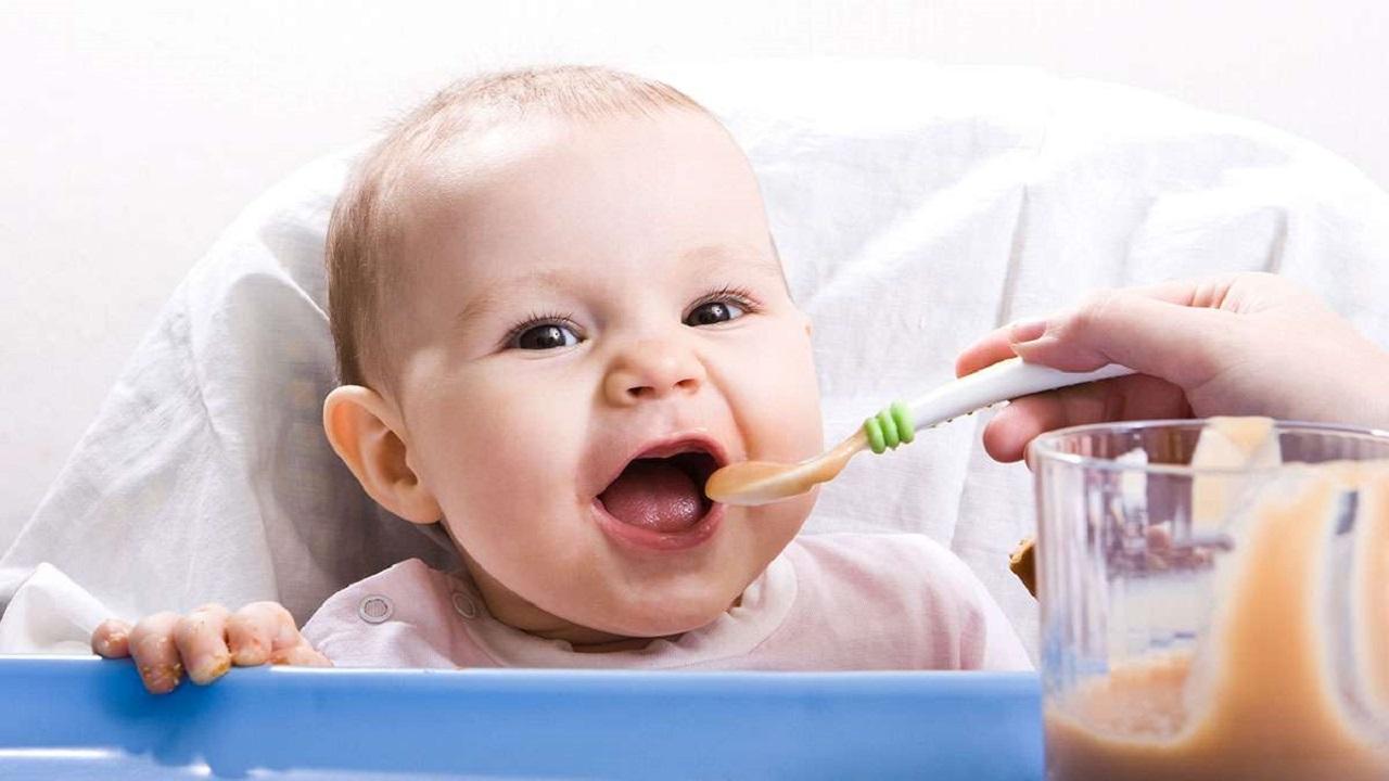 أضرار إطعام الرضع قبل 6 أشهر وعلامات تخبرك بإستعداده