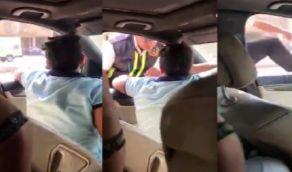 فيديو صادم لطفل يقود مركبة ويصدم رجل مرور بعد سودؤالة عن الرخصة
