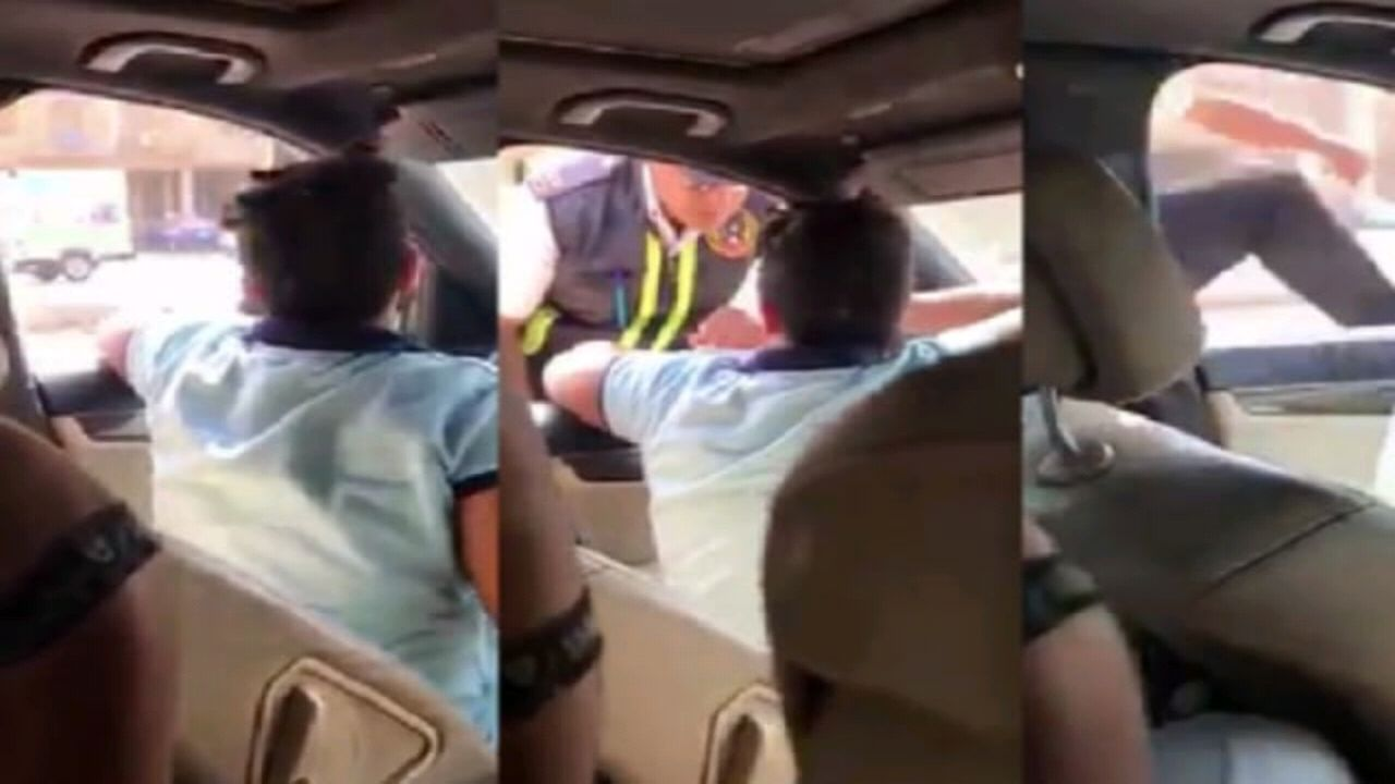 فيديو صادم لطفل يقود مركبة ويصدم رجل مرور بعد سؤالة عن الرخصة
