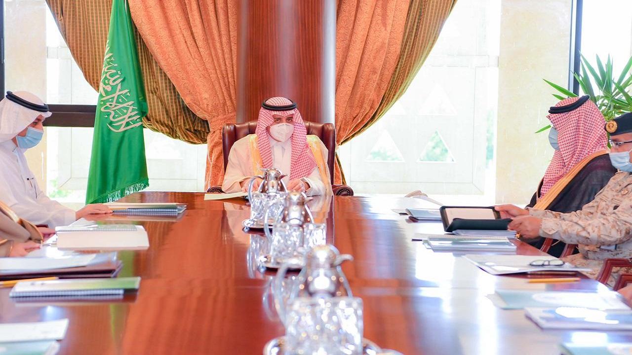أمير منطقة تبوك يرأس اجتماع لجنة الدفاع المدني الرئيسية بالمنطقة
