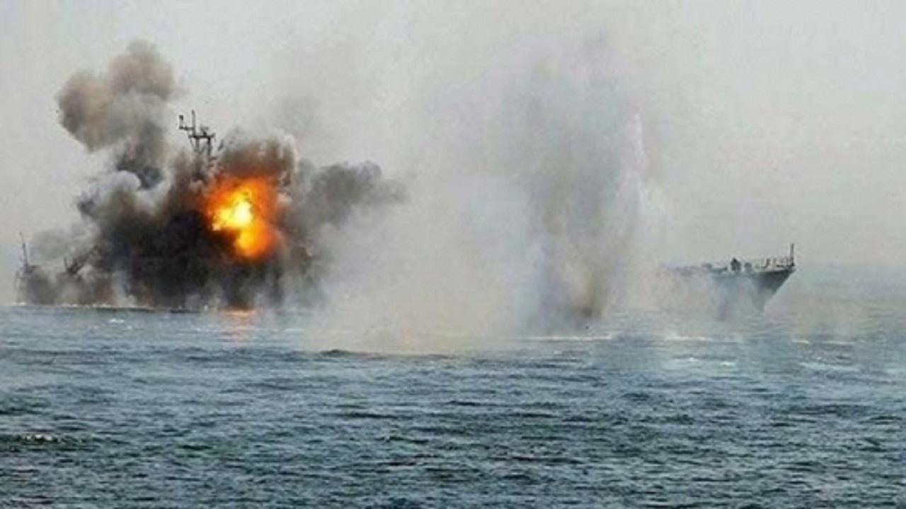تدمير زورق مفخخ أطلقه الحوثيون قرب ميناء الصليف
