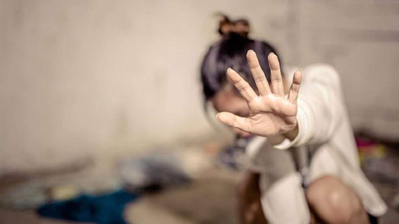 4 رجال يغتصبون فتاة بعد تعذيبها