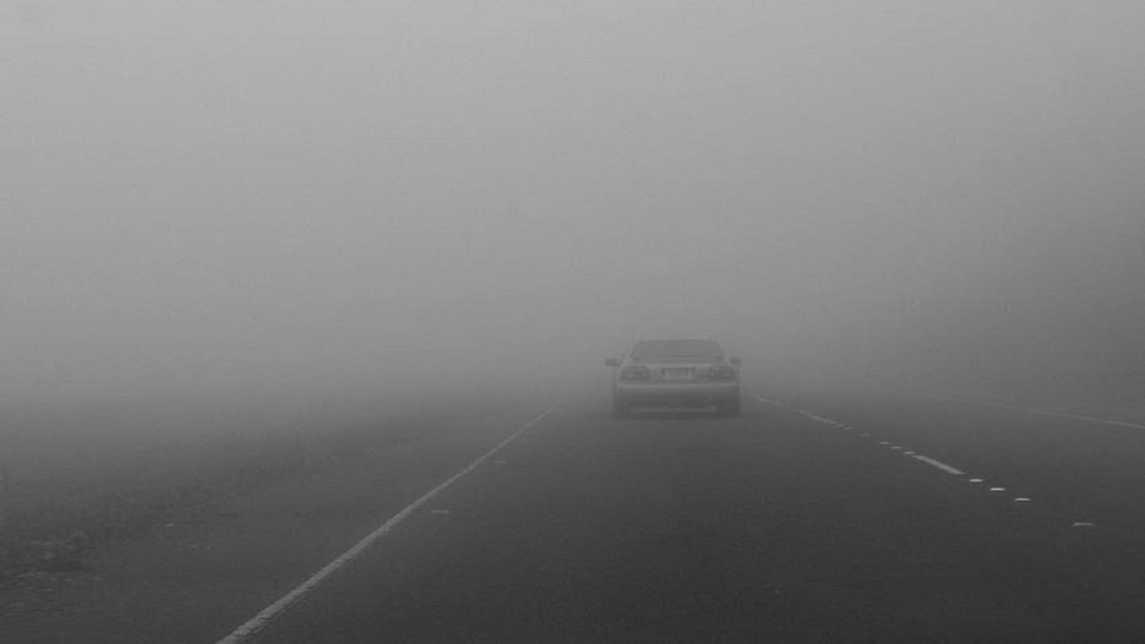رسالة تنبيهية لمرتادي طريق مطار الملك فهد الدولي بسبب الضباب