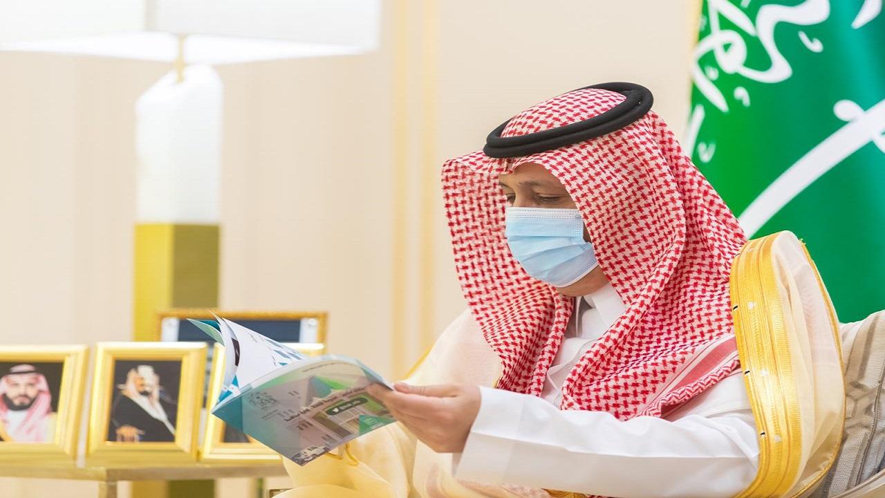 """بالصور.. أمير الباحة يستقبل مدير تعليم المخواه للإطلاع على جهود الإدارة في """"مدرستي"""""""