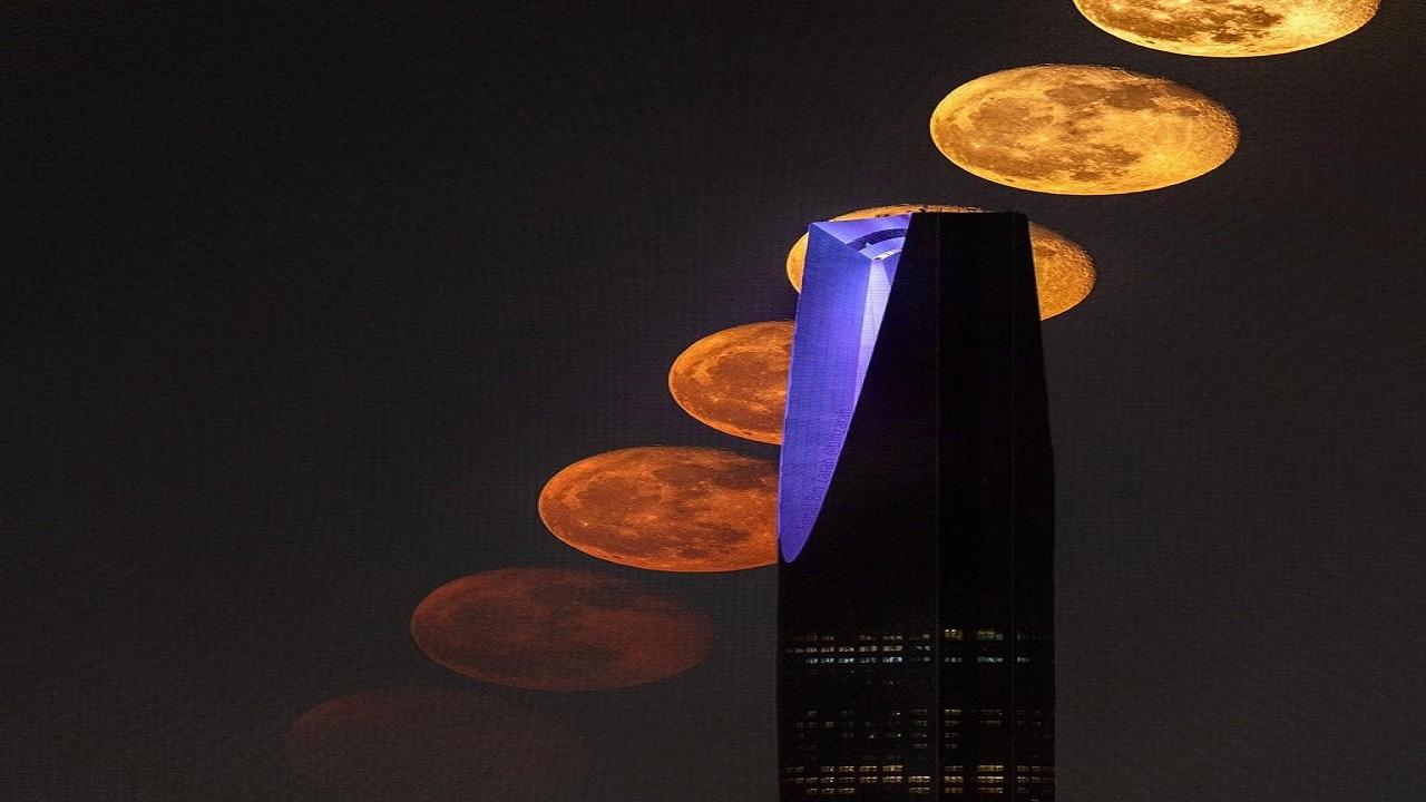 مواطن يكشف تفاصيل تصويره لعبور القمر وراء برج المملكة