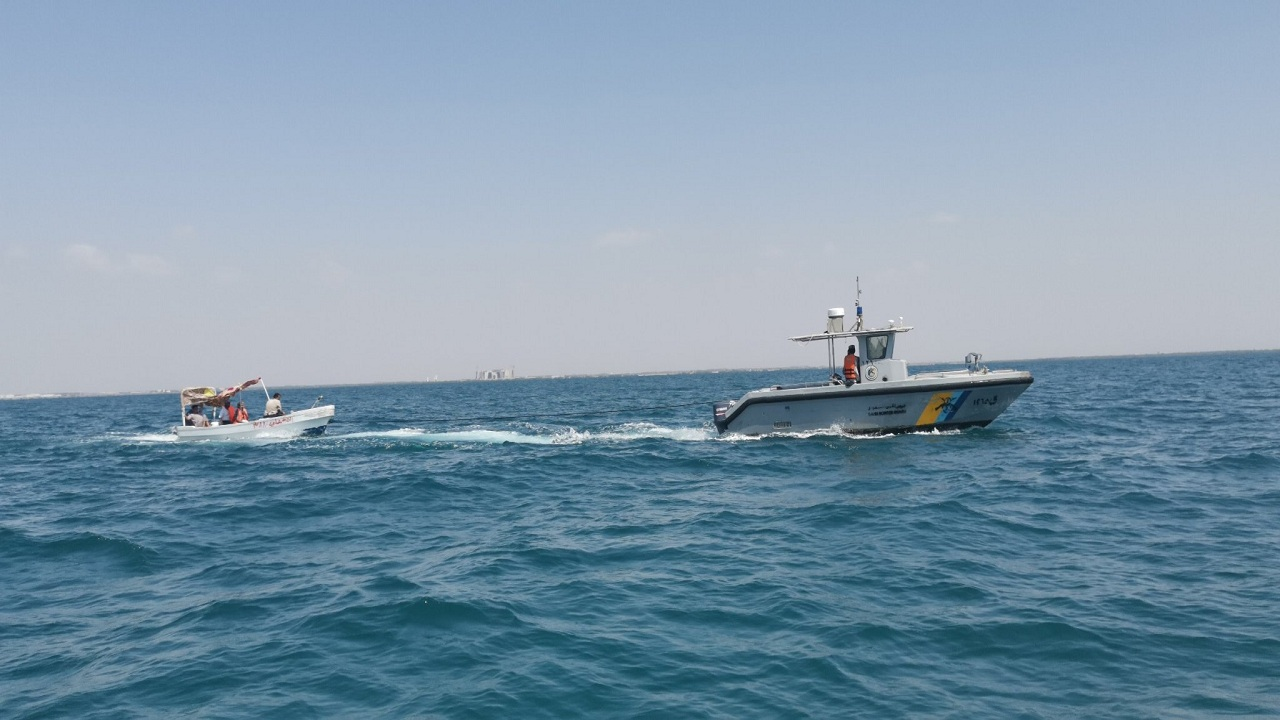 حرس الحدود ينقذ 4 مواطنين تعطّل قاربهم في عرض البحر بجازان