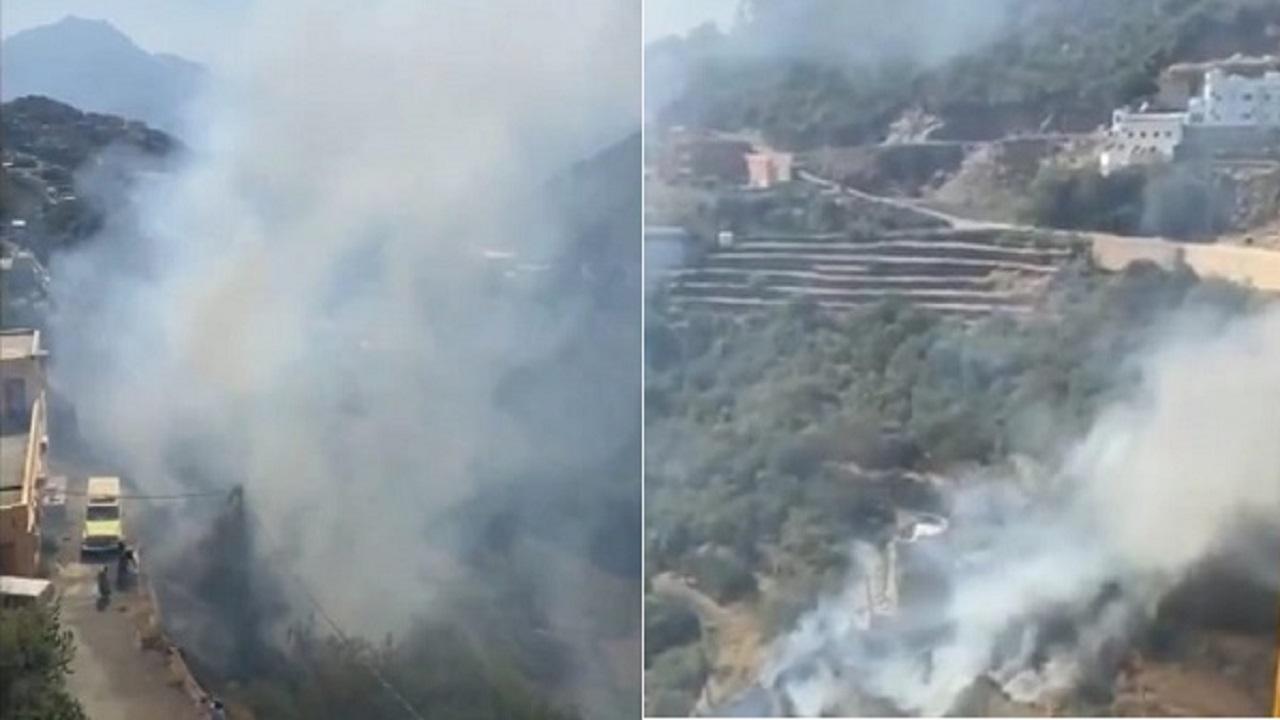 """بالفيديو.. الدفاع المدني يكافح حريق هائل في مرتفعات """" نيد الصدر """" بفيفاء"""